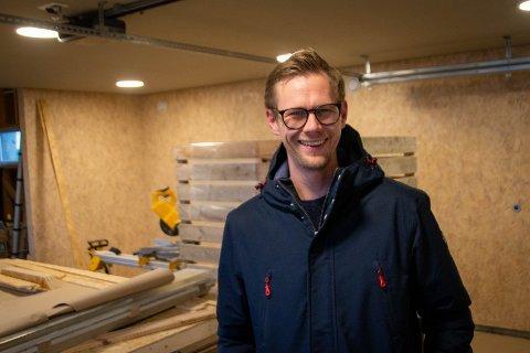 Kreativ: Asbjørn Thoresen har alltid noe han vil lage, og nå bygger han garasje for å ha et sted å utfolde seg på.