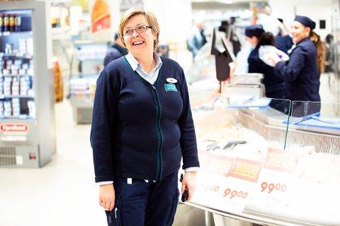 Nok varer: - Her er det mer enn nok varer i hyllene, folk trenger derfor ikke å hamstre, sier Janette Støle Lindbom, assisterende butikksjef på COOP Mega Randaberg.