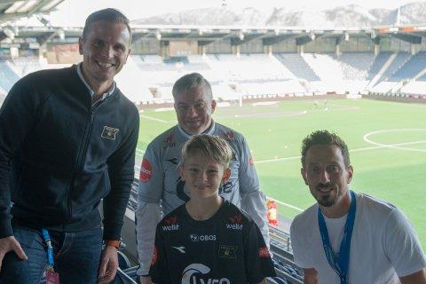 Drømmekveld: Christian (11) og Kjetil (45) fikk være med i VIP-losjen på Viking Stadion i kveld. Her sammen med daglig leder i Viking Eirik Bjørnø (t.v.) og markedssjef Kjartan Salvesen (t.h.).