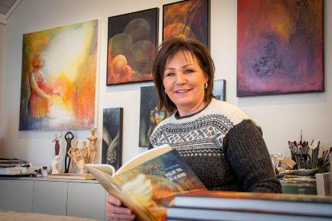 """Atelier: Utenfor huset i Vistnesveien har Ellen et eget atelier, der hun både maler og lager musikk. Nå har hun kombinert bildene sine med tekster hun har skrevet de siste 25 årene i sin nye bok """"Vilje til å være""""."""