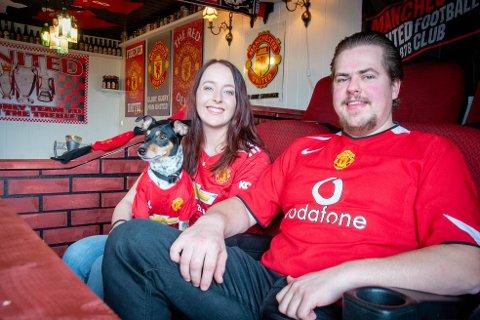 Benket: Kjetil Reianes og forloveden Mailinn Aske har laget sin egen versjon av innbytterbenken til favorittlaget Manchester United.