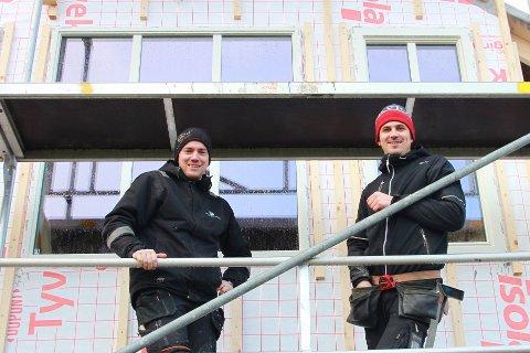 Eivind (t.v) og svogeren er kommet godt i gang med huset på Talgje.