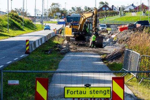 Veiarbeid: Rogaland fylkeskommune har den siste måneden jobbet med å lage sykkelvei med fortau i Torvmyrveien ved Randaberg Arena.