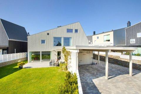 Moderne: Boligen fra 2012 ligger i et nyere nabolag på Mosterøy.