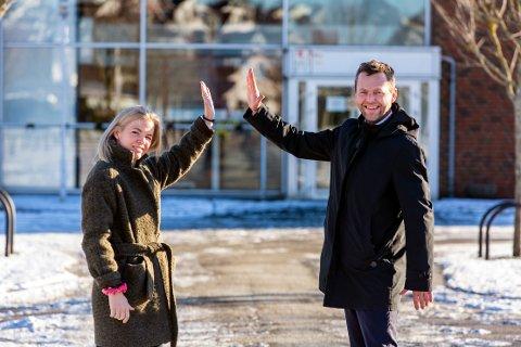 """Ordførar Jarle Bø (Sp) og utvalsleiar Renate Kolnes (H) utanfor sportssenteret i det tidligere """"Conocobygget"""" i Dusavik."""