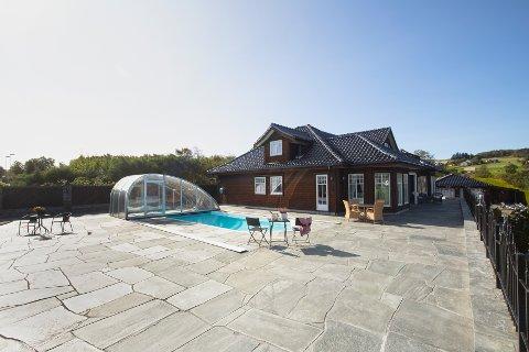 Unik: Eiendommen har både basseng og båtplass, i tillegg til en tomt på over to mål.