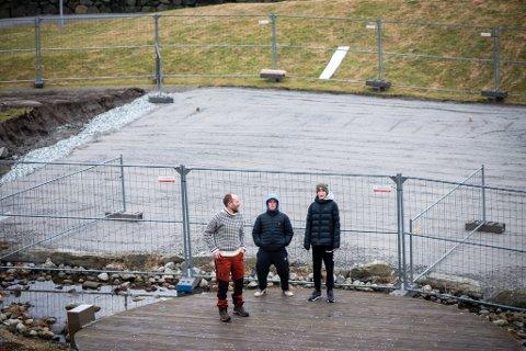Skatepark: Tor Gunnar Torgersen (t.v.) sammen med ungdommene Trym Gundersen Helgeland og Jonas Øvrebø på den nye skateparken som bygges opp.