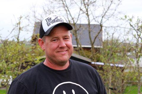 Sosial: Rolf stortrives når han kan by gjester på grillmat med tilbehør fra hagen.