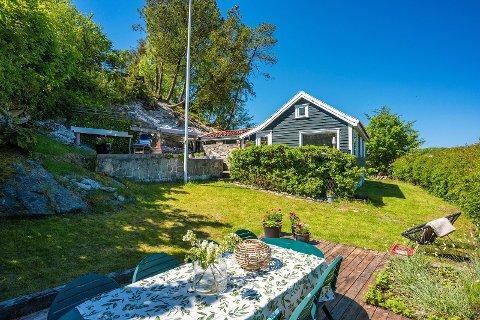 STOR HAGE: Med kort vei til båthavnen har fritidsboligen en hage med mulighet for å sitte ute og spise, og nyte solen.