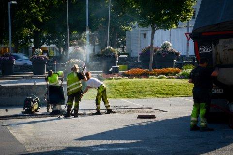 ARBEID: Håland Asfaltering var i full sving med asfaltering på torget i Randaberg sentrum torsdag morgen.