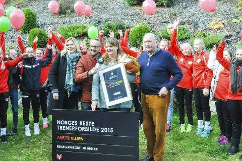 TRENERFORBILDE: Anette Ullern får prisen som årets trenerforbilde av P4s Sigurd Sollien, AV-OG-TILs Kari Randen og jurymedlem Johan Kaggestad. Her er de fire omkranset av Anettes spillere. FOTO: AV-OG-TIL