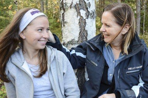 Støttespiller: Hedda Bjerkerud Monsen har hatt mange samtaler med mor Gunhild Randi Bjerkerud og far Kim Rune Monsen om russefeiring, fyll og samhold. Det gjør at alle føler seg tryggere på at feiringen skal gå bra.