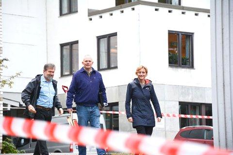 I GANG: De første sperrebåndene er på plass ved Modumheimen. Det betyr at byggearbeidene snart er i gang. Audun Eriksen (f.v.), Harald Silseth og Aud Norunn Strand.