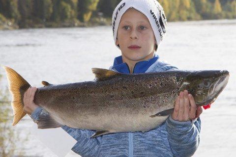 STORFISKER: Laksen som Sebastian Nærland fra Vikersund dro opp under laksefestivalen veide 5,86 kilo.