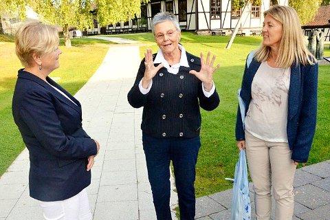 GAVE: En alltid like engasjert Tone Sinding Steinsvik (i midten) sprudlet over av entusiasme da kulturminister Thorhild Widvey (H) besøkte Blaafarveværket i september. Ministeren «hadde med seg» én million friske kroner. Til høyre; Helle Mikkelsen ved Blaafarveværket.