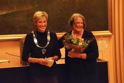 Tine Norman (Sp) fikk overrakt ordførerkjedet fra Kari Ask i Sigdal torsdag.