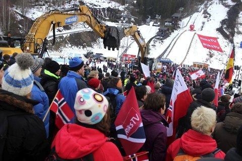 STRAMT BUDSJETT: Usikkerhet om hvor mye publikum som dukker opp i anlegget til vinterens skiflygingsfest gjør at World Cup arrangørene budsjetterer med minus.Arkvifoto: Eli Bondlid
