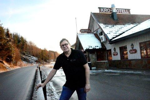 SØT SUKSESS: Johnny Omdahl har tatt grep for å sikre Krøderen Kro et liv etter riksvei 7. - Jeg ser lyst på framtida, sier han. Utvidede åpningstider, dessertbuffet og lokal markedsføring har skaffet ham nye kunder.