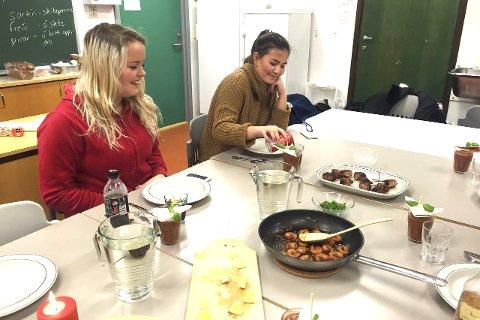 Smaksprøver: Besøker du Internasjonal Café på julemarkedet på Buskerud gård lørdag, kan du utfordre smaksløkene. Her vil språkelevene by på mat fra flere land. På bildet nyter artikkelforfatterne Victoria Holst (t.v.) og Celine Eidal et spansk måltid sammen med resten av spanskklassen.