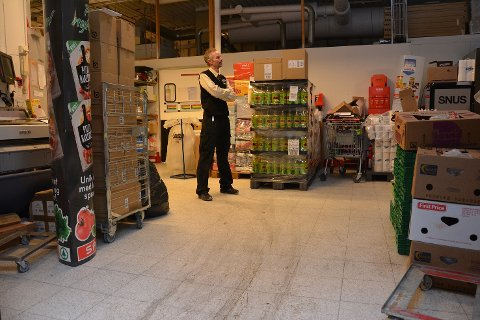 07:00: – Det blir ekstra trangt på lageret når alle varene kommer om morgenen, forteller butikksjef Lars Petter Herseth.