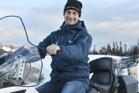 VENTER PÅ KULDA: Marius Arnesen, daglig leder ved Norefjell skisenter, måtte utsette sesongåpningen med ei uke, men setter sin lit til at kulda er rett rundt hjørnet.
