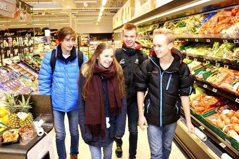 ÉN OM DAGEN: Patrick Thomassen (f.v.) Tuva Marti Grendal og Ola Olafsbye støtter leder Sondre Kvalshaugen Glesne i Modum ungdomsråd: Elevene på ungdomsskolen må få frukt på skolen.