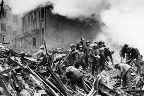 1 Bombet: London fikk virkelig unngjelde under krigen. Vi ser her bilder fra det som er kjent som Blitzen – terrorbombingen byen ble utsatt for. Midt i dette infernoet arbeidet Magnhild Bolstad fra Snarum under Den andre verdenskrig. Hun var blant annet ambulansesjåfør. FOTO: NTB/SCANPIX 2 Magnhild Bolstad var født i 1904 og reiste til London mot slutten av 1920-tallet for å arbeide. 3 Det var i dette huset i London at Magnhild arbeidet. Det var administrasjonssenter for de norske myndighetene i London. FOTO: PRIVAT