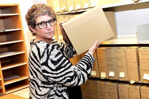 TO SLIKE: Arkivleder Trine Bryn Jensen viser en arkivkassett av samme typen som de to som nå er forsvunnet.