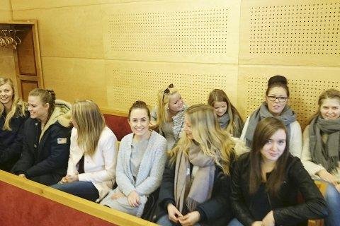 På tilhørerbenken: Her er noen av elevene i rettslæreklassen ved Rosthaug videregående skole på plass i rettssalen i Eiker, Modum og Sigdal tingrett. De er spente på hva dagen vil bringe.
