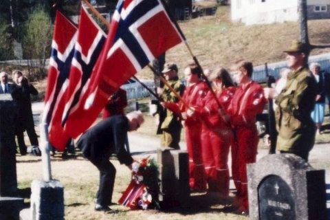 Krans: På frigjøringsdagen 8. mai 1995, 50 år etter at krigen tok slutt var det bekransning på grava til Julies tippoldefar, Ole E. Hiåsen.