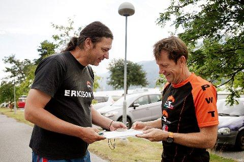 MER TEGNING: Petr Hraniscka (t.v.) er tilbake i Vikersund for å fullføre kartet Jörgen Mårtensson og Modum O-lag skal bruke til VM-kvalifisering senere denne sommeren.