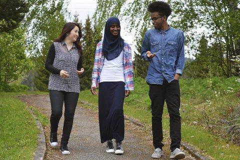 Feltarbeid: Sara Ali (t.v.), Nasra Said Mohamud og Ali Ilyas Ali har studert hvordan det er å være asylsøker i Norge. De har intervjuet fire tidligere asylsøkere om hvilke utfordringer de har møtt på. – En spennende oppgave der vi jobbet med noe som virkelig interesserer oss, sier de tre elevene.