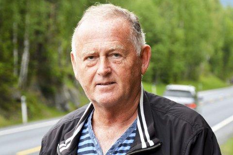 JAKTER PÅ «KRAKKEN»: Vidar Løvf (FrP) jakter ordførerkrakken i rådhuset i Vikersund.