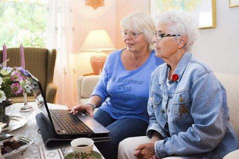 TILBYR RULLING: Kari Kristiansen (t.v.) er en av flere som vil stille opp å rulle håret til gamle damer i Øvre Eiker. Det gleder leder Bjørg Woldstad i eldrerådet i kommunen. Her studerer de alle reaksjonene på nett.