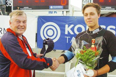 GRATULERTE: Samlagsformann Morten Eken var raskt fremme og gratulerte Herman med den strålende skytingen.