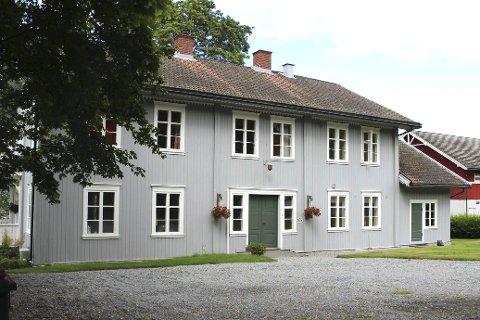 Heggen Prestegård: Mange rom og iskald om vinteren. Nærhet til kirkegården og usentral beliggenhet trakk ned på markedsverdien. For sokneprest Geir Holberg betyr det 8 000 kroner i måneden.