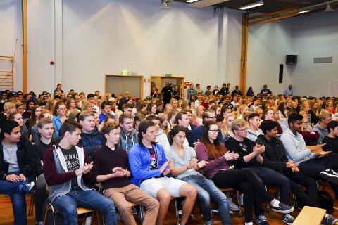 FULL SAL: Latter og applaus, men heldigvis ingen buing og piping fra de mange i salen på Eiker videregående skole.