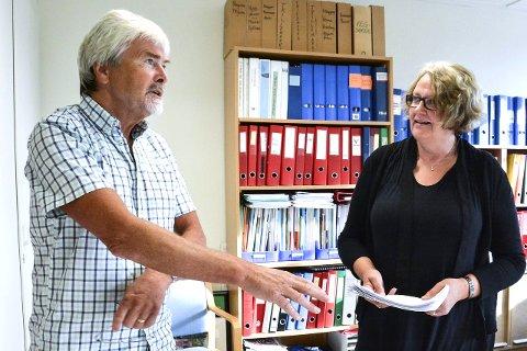334 underskrifter: - Nå forventer jeg at kommunestyret tar stilling til kravet om folkeavstemming om eiendomsskatt, sa Runolv Stegane til ordfører Kari Ask da han overleverte listene.