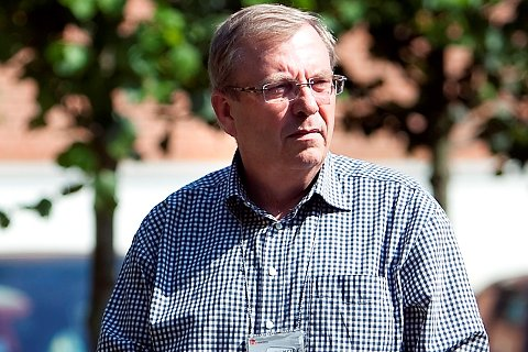SPEIDER: Bård Sverre Fossen speider mot ordførerkontoret i kommunehuset i Prestfoss. I dag har Sigdal og Eggedal Høyre kommunens varaordfører. Arkivfoto
