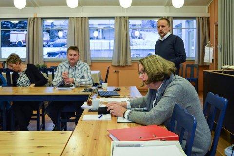 Tine Norman (Senterpartiet), Torstein Aasen (Senterpartiet), Jens Sveaass (rådmann), Kari Ask (Senterpartiet, ordfører), Jan Midtskogen (Arbeiderpartiet), Sigdal , Administrasjonsutvalget, kommunestyresalen, kommunehuset i Prestfoss