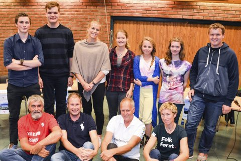 TOPPMØTE: Gustav Kalager (foran f.v.),  Per Kristensen, Olav Skinnes og Kristin Nore. Bak fv.: Eugen Sebastian Haush (17), Hermann Johannes Glienke (15), Mari Tovsrud Raaen (17), Gunvor Raaen (18), Hedda Jokerud (14), Ragnhild Stensrud (13), Jørgen Ruud Nøkleby (14).