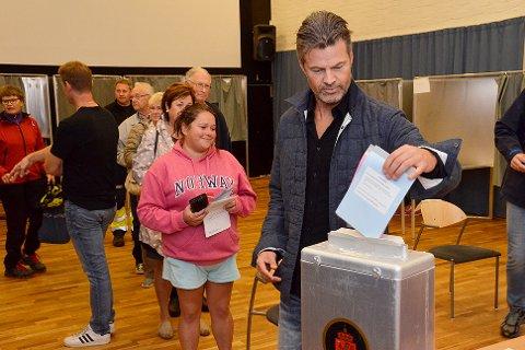Mye folk: Valgkontrollør Gudmund Baustad (med ryggen til) sørget for orden i rekkene, da Mjøndalens Trener Vegard Hansen avga sin stemme i rådhuset i Vikersund mandag kveld.