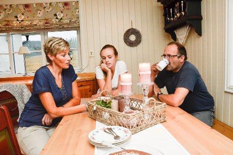 SPENTE: Da Bygdeposten besøkte Tine Normann, datteren Stine og mann en Øyvind før hun reiste på valgtelling i kveld, var stemningen spent hjemme ved kjøkkenbordet. – Jeg har sovet dårlig de siste nettene, sier Tine som høyst sannsynlig blir Sigdals neste ordfører.