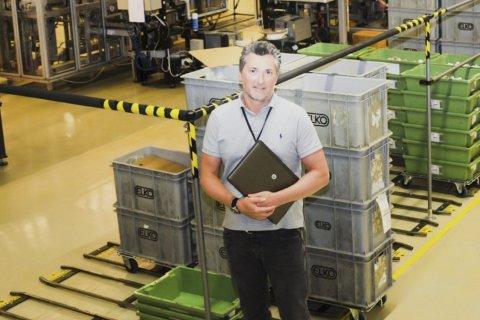 STORT: På de drøyt 13 mål store fabrikklokalene i Åmot har det rullet ut verdier for uvanlig store verdier de siste årene. Fabrikksjef Laurent Gueroux roser de ansatte for gode holdninger og solid innsats.