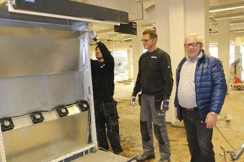 Tilbake til hverdagen: Butikksjef Egil Hogstad (f.h) ser på at Ica ryddes ut. Arne Grøtåsen og Asef Musawi i firmaet Recover i Hønefoss har som slagord «Tilbake til hverdagen».