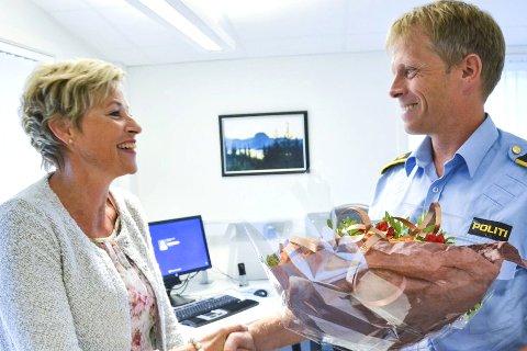 BLI HOS OSS: Tine Norman (Sp) overrakte en blomsterbukett til fungerende lensmann Kjell Magne Tvenge i et valgkampframstøt for å vise at  partiet setter pris på å ha et nærværende politi og at de vil beholde det lokale lensmannskontoret.