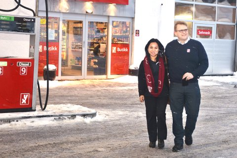 STOR AKTIVITET: Laila Butron Navrud og Ole Kristian Navrud satser mange millioner for å lykkes med bensinstasjonen og gatekjøkkenet i Vikersund.