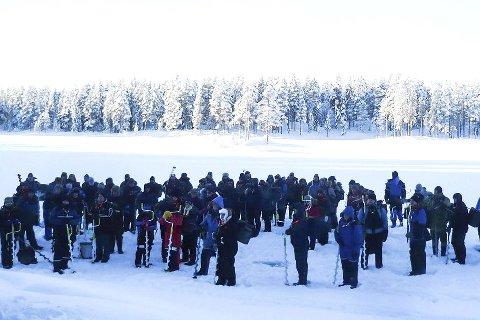 Trosset kulda: 89 deltakere fisket opp 228 kilo abbor fra Løvnesvannet søndag.Foto: Privat