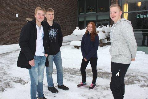 FORNØYDE: Kjell Sundhaugen f.v. og Mats Dokken (elevrådet ved NMU), Kristine Helskog og Robin Andfossen (elevrådet ved SMU) opplever at det er bra læringsmiljø og lite mobbing.
