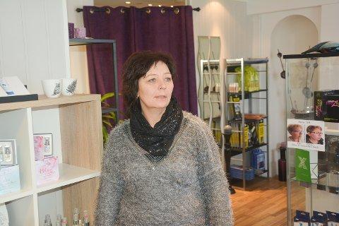 LEIT: Innehaver Lill Solveig Løknes er ikke spesielt begeistret.